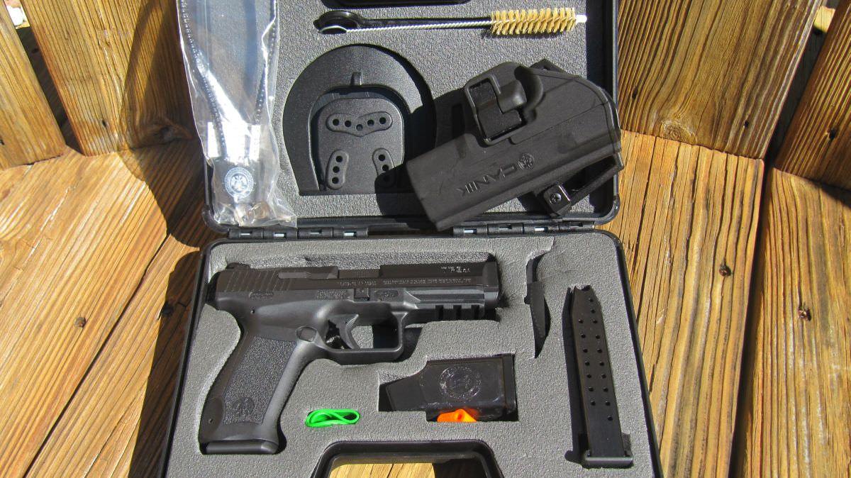 Lockable hard Case with many accessories: 2 magazines, holster, belt & paddle attachments, 2 cleaning tools, loader, etc.